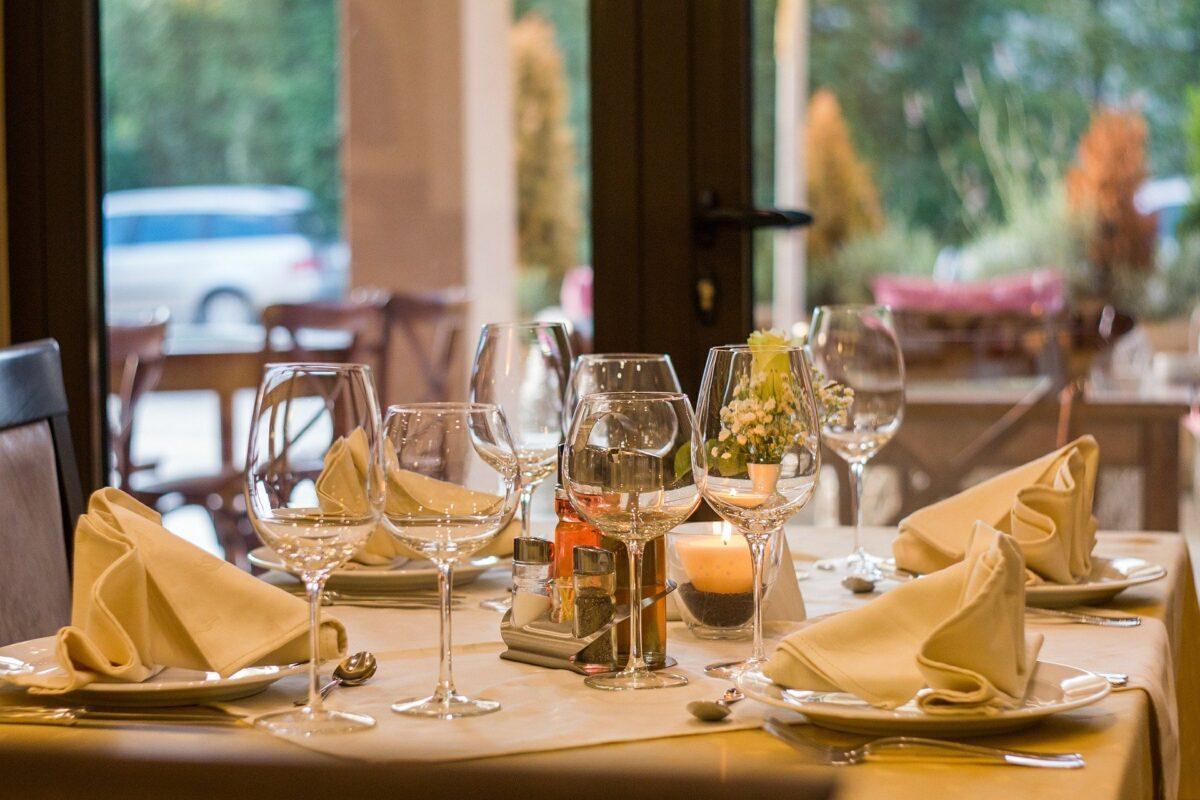 Gedeckter Tisch im Restaurant.