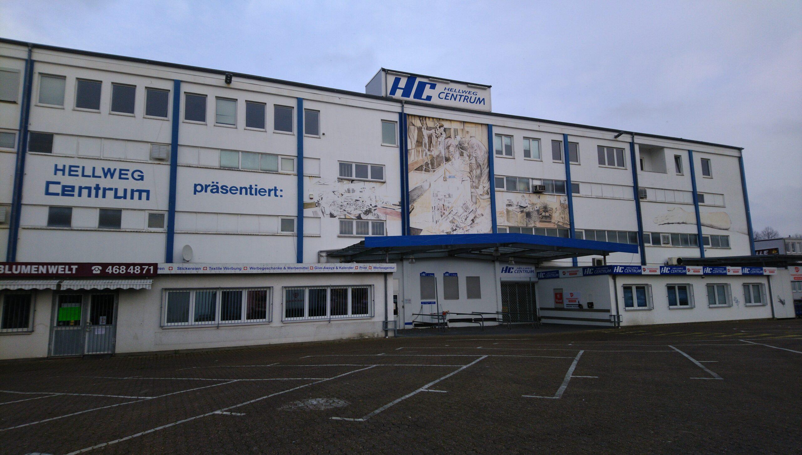 Ein vierstöckiges Industriegebäude mit der Aufschrift: Hellweg Centrum